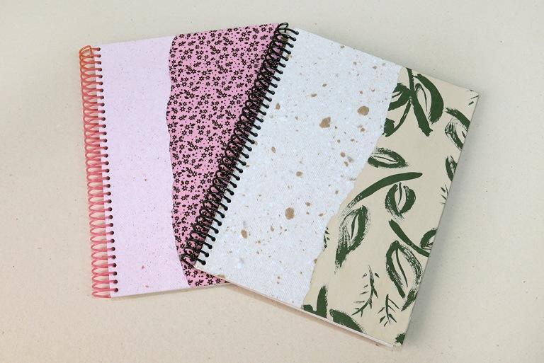 foto com dois cadernos fechados onde é possível ver suas capas