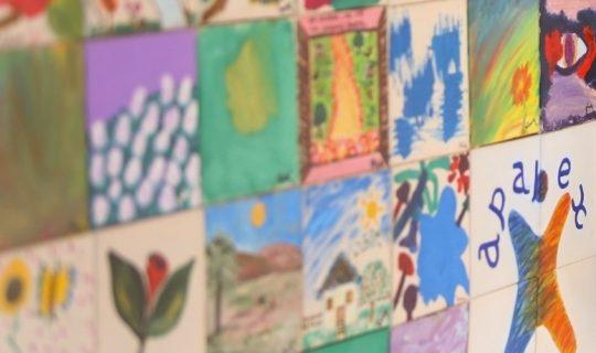 Foto em plano detalhes de azulejos decorados manualmente