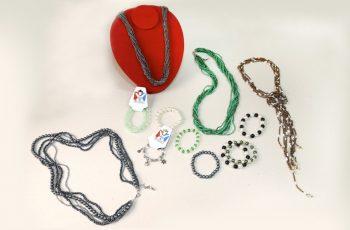 Foto com colares e pulseiras feitas com miçangas coloridas