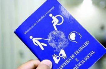 Foto de uma carteira de trabalho. Na capa azul, além do brasão da República Federativa do Brasil, há ícones em branco de diversas deficiências