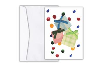 Cartão com colagem lúdica de três caixas de presente em azul, rosa e verde, amarradas com laços das mesmas cores