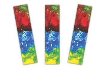 Foto de três marca-páginas iguais, com pintura abstrata feita com tinta verde, vermelha, azul e amarela