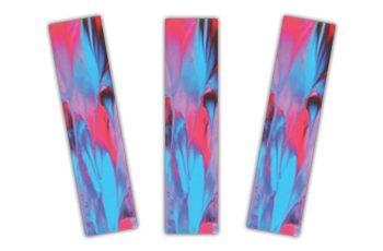 Três marca-páginas iguais, com uma arte abstrata feita com tintas azul e rosa mescladas